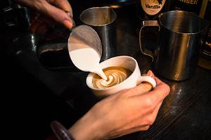 бариста в кофейне
